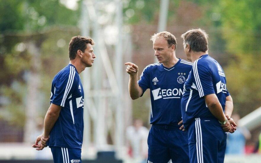 Dennisas Bergkampas (viduryje)