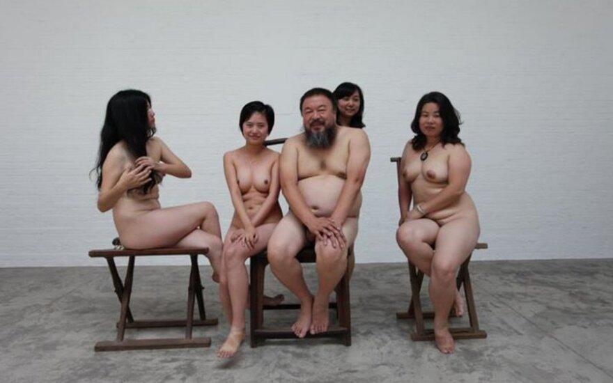 Ai Weiwei su jį palaikančiomis merginomis