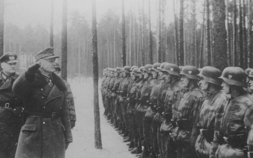 """Mėmelio komendantas generolas Hansas Gollnickas apeina """"Großdeutschland"""" grenadierių rikiuotę Mėmelyje."""