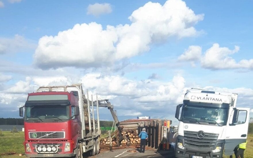 Šiaulių aplinkkelyje apvirtęs miškovežis užtvėrė kelią