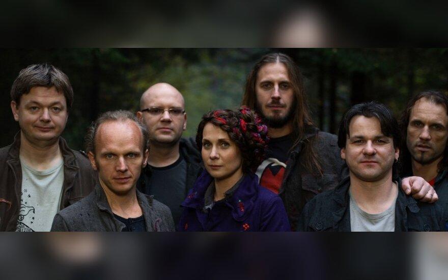 """Aistė Smilgevičiūtė (viduryje) ir grupė """"Skylė"""""""