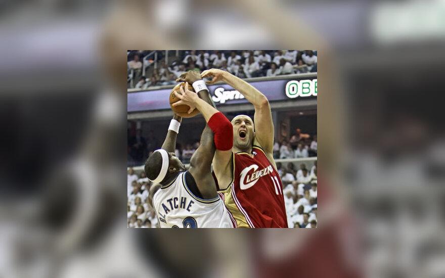 """Dėl kamuolio kovoja Žydrūnas Ilgauskas (""""Cavaliers"""") ir Andray Blatche'as (""""Wizards"""")"""