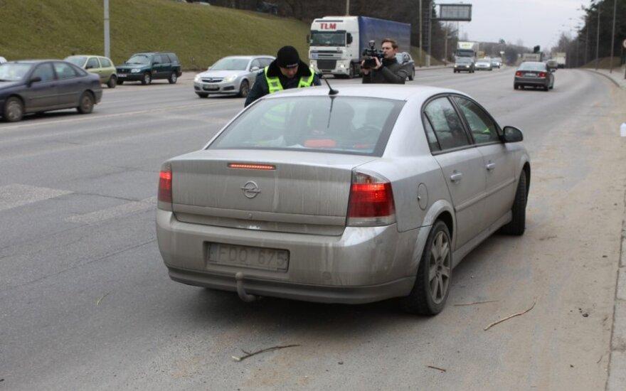 Vilniuje buvo stabdomi automobiliai su nešvariais numeriais