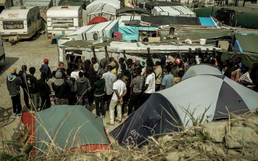 Prancūzijoje prie Kalė uosto migrantams užtvėrus kelią per eismo įvykį žuvo vienas vairuotojas