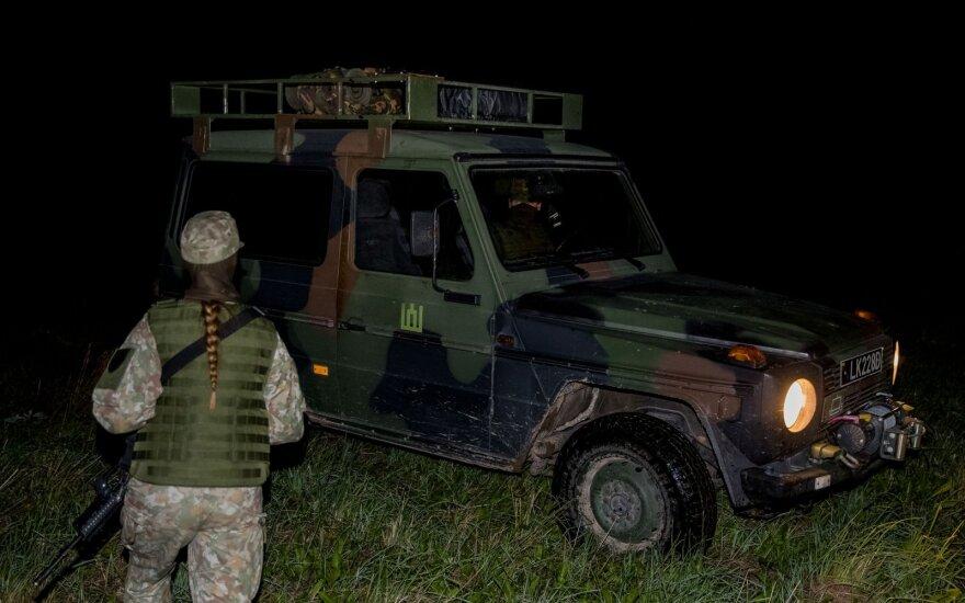 Pasieniečiai į Lietuvą neįleido 10 migrantų, Baltarusijos pusėje aidėjo šūviai, panaudotos signalinės raketos