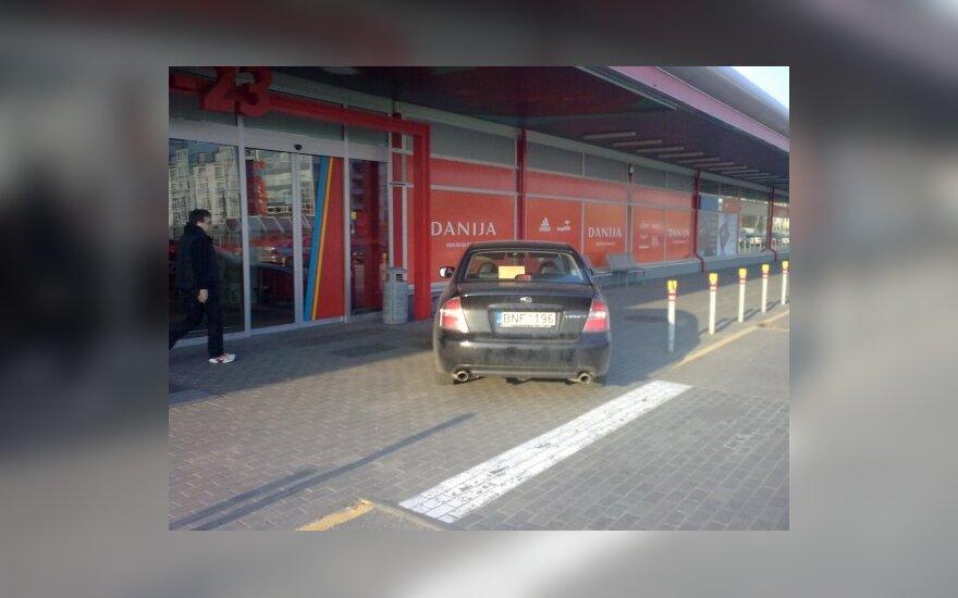 """Vilniuje, P.Lukšio g. prie """"Rimi"""". 2010-04-11, 18.45 val."""
