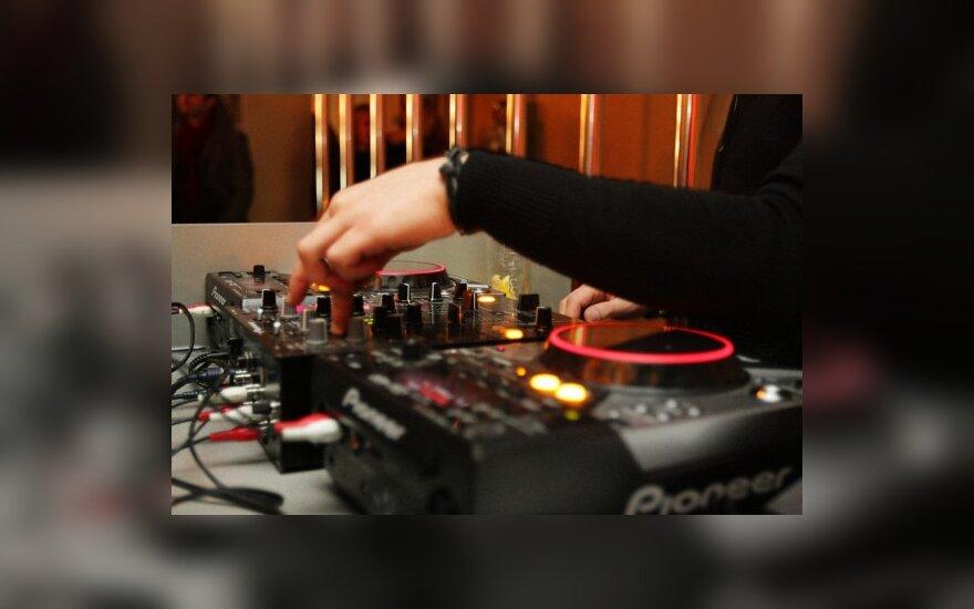 """""""Mados infekcijos"""" vakarėliuose mados kūrėjai virs DJ-ais"""