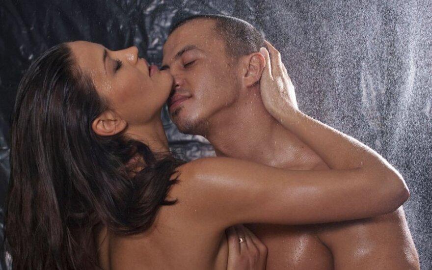Seksologas apie erotinį masažą, arba kaip nusiprausti duše be rankų