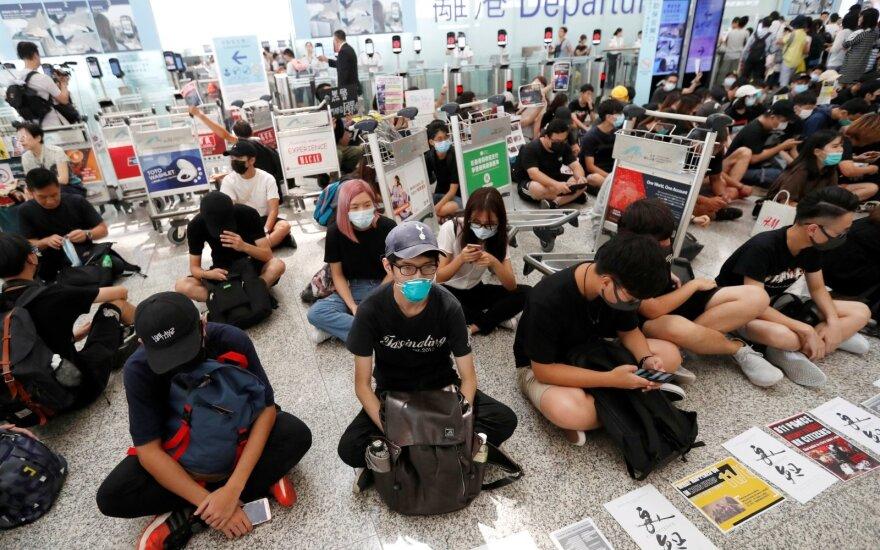Dėl protestų skrydžius sustabdęs Honkongo oro uostas atnaujino darbą, vėl susirinko šimtai protestuotojų
