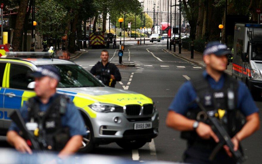 Londone prie parlamento automobilis rėžėsi į pėsčiuosius