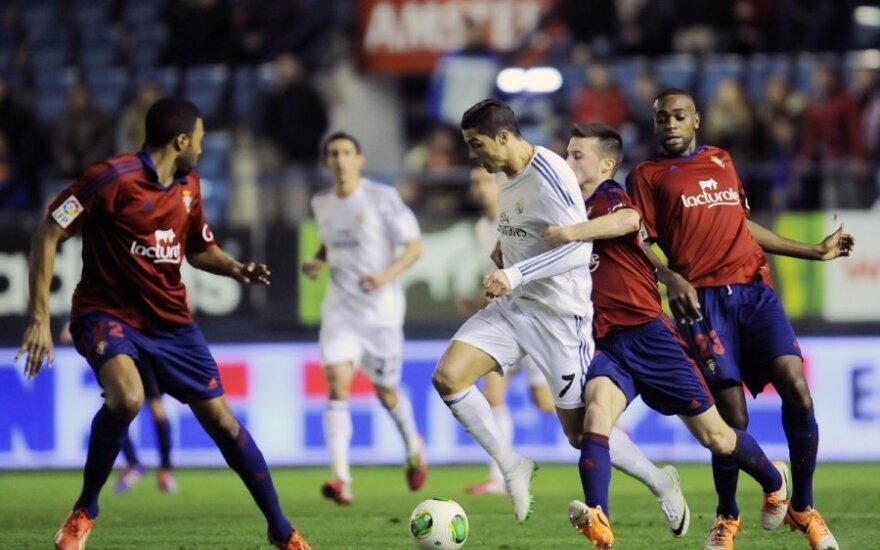 Cristiano Ronaldo varžovų apsuptyje