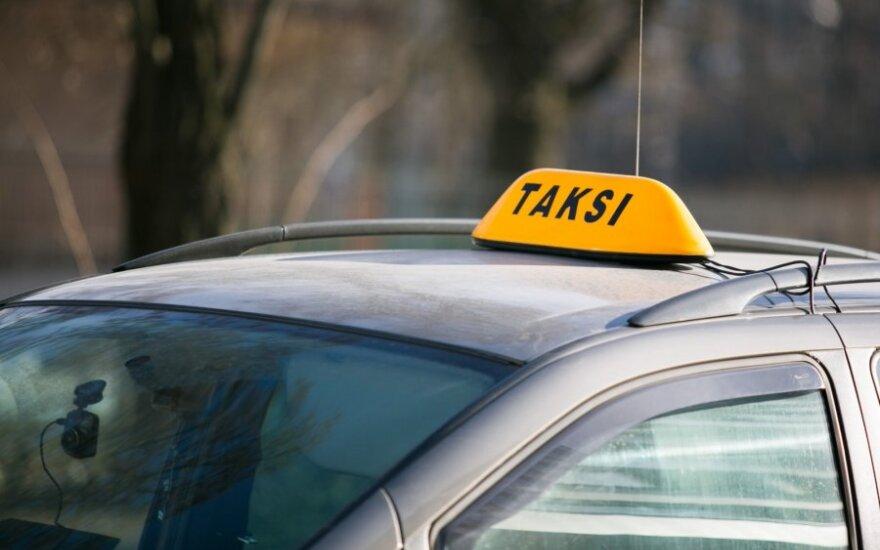 Taksistų elgesys prie Kauno ligoninės papiktino sunkiai vaikštančios močiutės anūkę