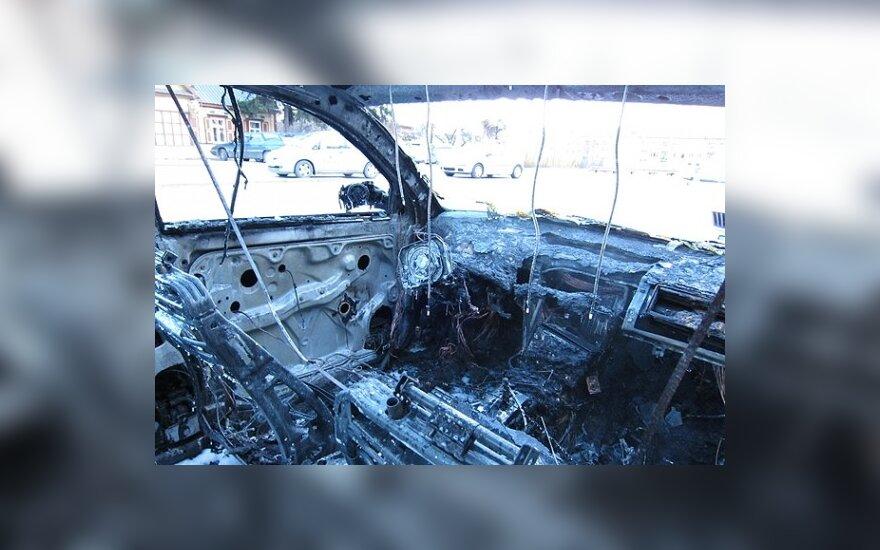 Gatvėje keistomis aplinkybėmis sudegė Kinijos ambasados automobilis
