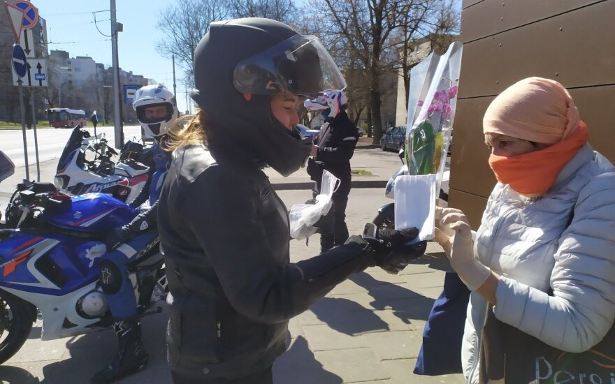 Motociklininkai dalijo kaukes Vilniaus mieste
