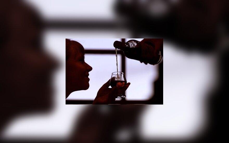 Seksualiniai žaidimai: trys jaunuoliai sumanė merginą pamylėti vyno buteliu