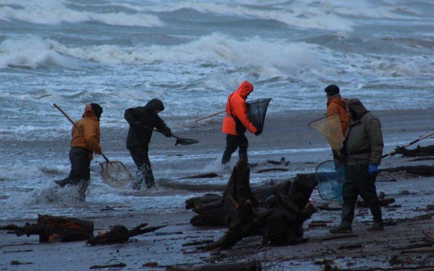 Šėlstančios jūros vaizdais besigrožinčių smalsuolių neišgąsdino net išplauti sprogmenys