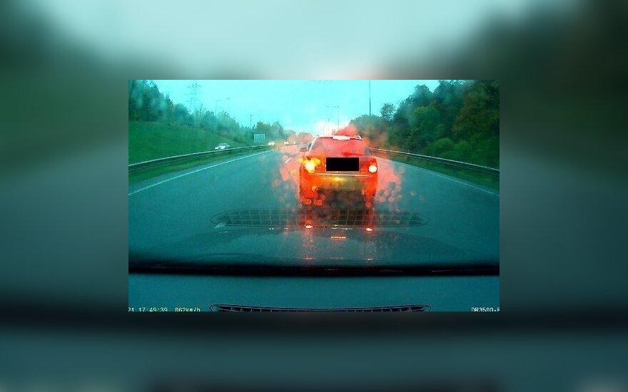 Nufilmavo: supykęs vairuotojas nusprendė užkirsti kelią