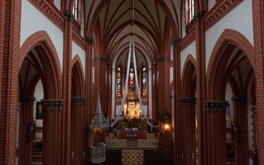 Panevėžietis neteisėtai į namus atsitempė kryžių, drobę ir altorių