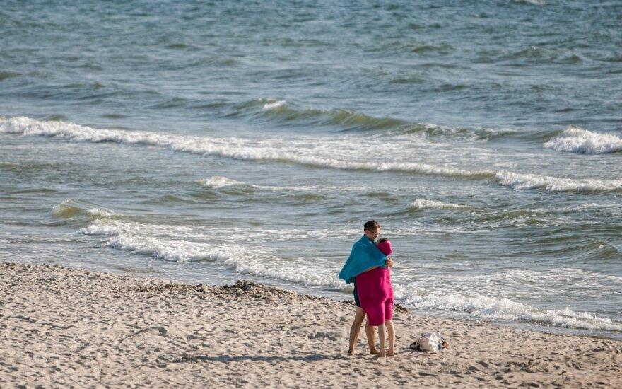 Sklandžios atostogos: specialistas įspėja, kada vandens pramogų paplūdimyje verčiau atsisakyti