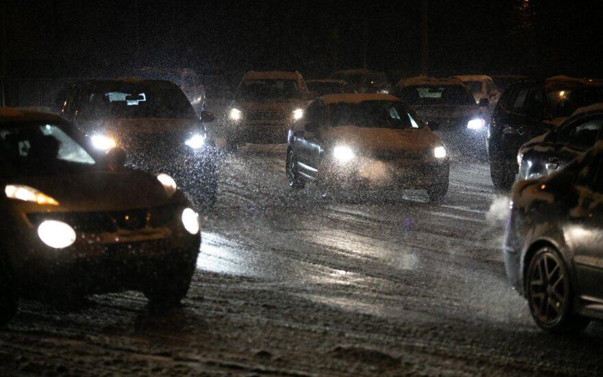 Keliuose ragina neskubėti – eismo sąlygas sunkina snygis ir plikledis