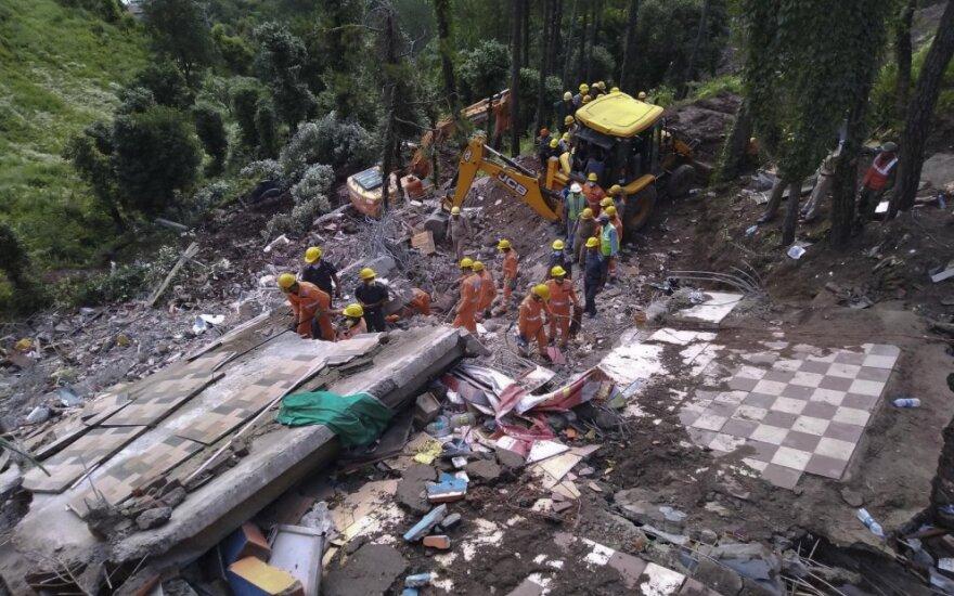 Indijoje sugriuvus namui žuvo 12 žmonių