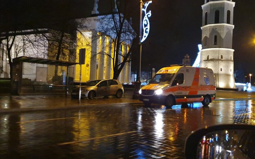 """Vilniaus Katedros aikštėje girtas """"CityBee"""" automobilio vairuotojas taikėsi į autobusų stotelę"""