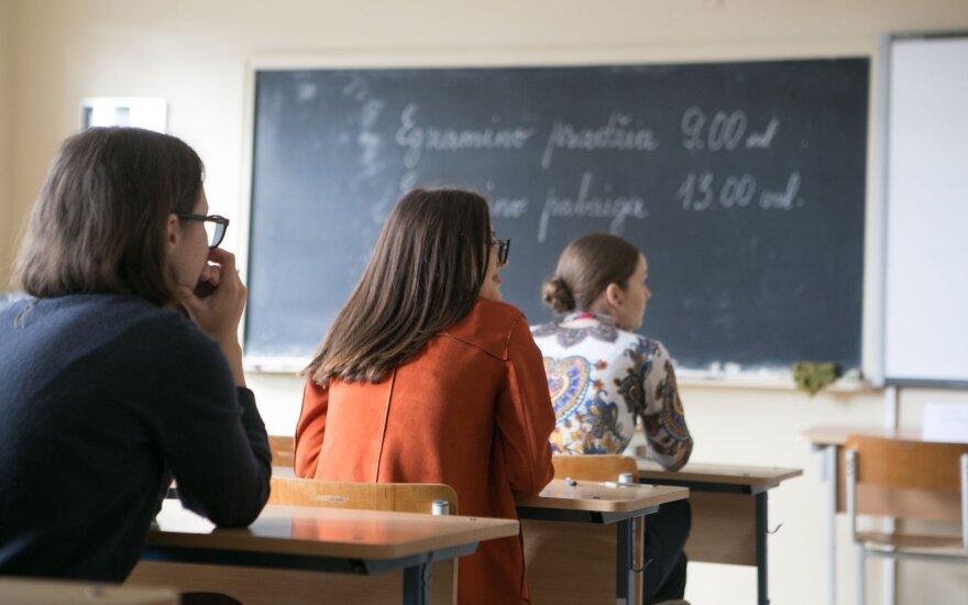 Lietuvą užplūdus karščiams – geros žinios mokiniams: ministerija rekomenduoja trumpinti pamokas