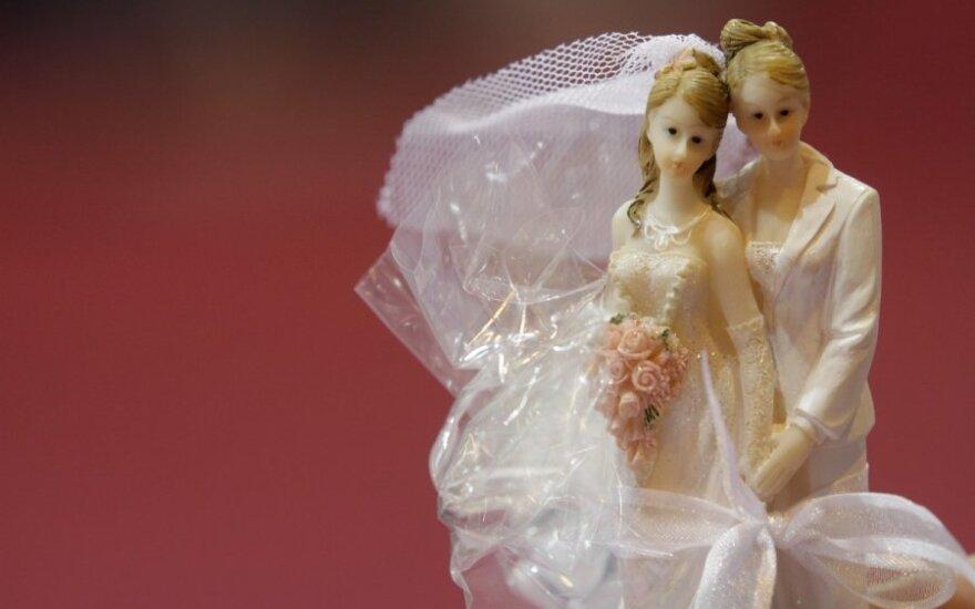 JAV Aukščiausiasis teismas paliko atviras duris tos pačios lyties porų santuokai Kalifornijoje