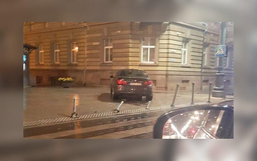 Vidurnaktį Vilniuje, Gedimino pr., BMW suniokojo stulpelius ir užskrido ant šaligatvio