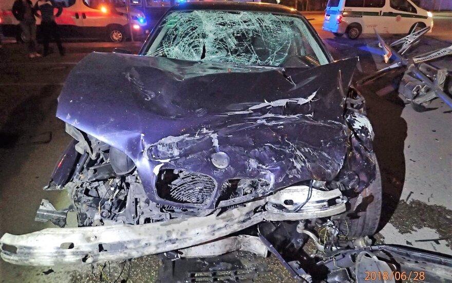 Naktį Kaune susidūrė du BMW: trys žmonės ligoninėje, mašinos sumaitotos