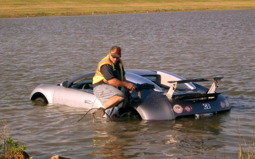 Bugatti Veyron ežere