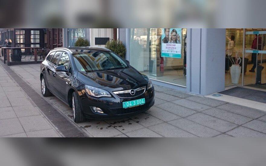 """Laisvės alėjoje – """"numestas"""" Latvijos ambasados automobilis"""