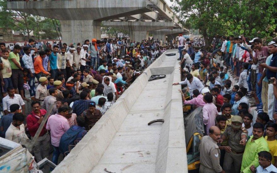 Indijoje įgriuvus viadukui žuvo mažiausiai 18 žmonių
