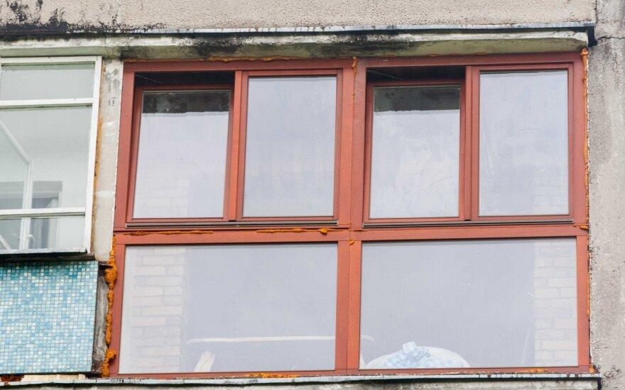 Biržuose smurtautojas nuo policijos spruko iššokdamas per ketvirto aukšto balkoną