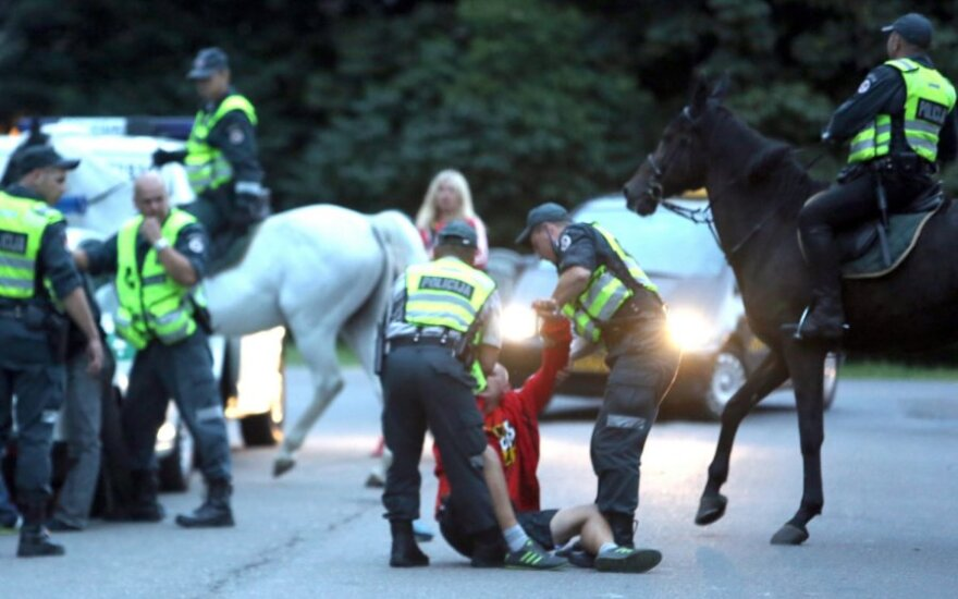 Girtas Lady Gaga gerbėjas smogė policijos žirgui, šis atsakė tuo pačiu – chuliganas išvežtas į ligoninę
