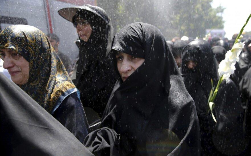Dešimtys tūkstančių žmonių dalyvavo teroro aukų laidotuvėse Teherane