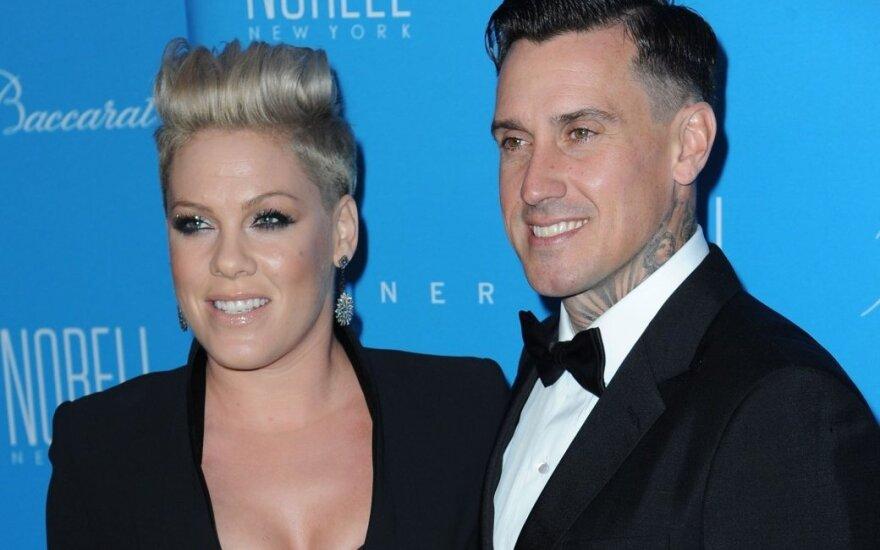 Pink su vyru Carey Hartu