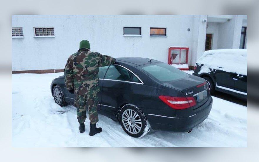 """Italijoje pavogtu """"Mercedes Benz"""" į Lietuvą atvažiavę baltarusis ir italas atsidūrė areštinėje"""