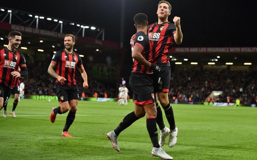 """AFC """"Bournemouth"""" žaidėjai džiaugiasi Junioro Stanislaso įvarčiu"""