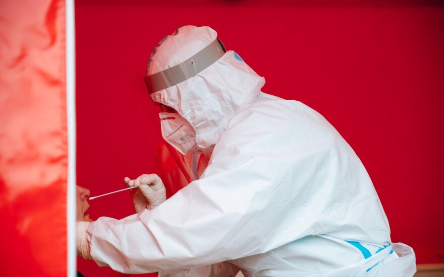 Lietuvoje sergamumas koronavirusu toliau krenta, bet kaimynams – prastos žinios