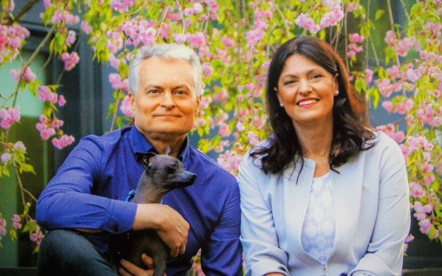 Gitanas Nausėda su žmona ir šuneliu