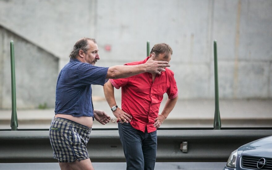 """Geležinio Vilko gatvėje staiga stabdęs """"Opel"""" apsisuko"""