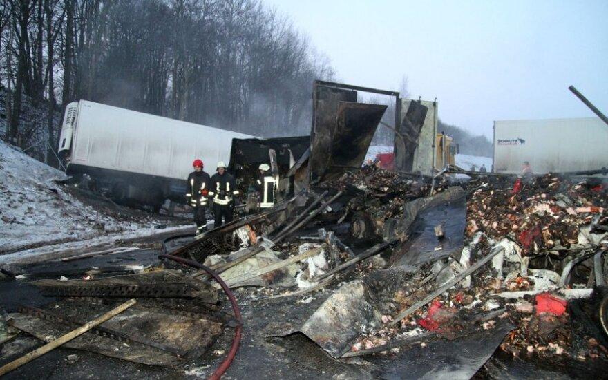 Žiauri avarija autostradoje: susidūrė 4 vilkikai, sudegė su paaugliu važiavęs vyras