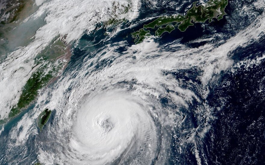 """Japonijos link artinasi labai galingas taifūnas """"Trami"""""""