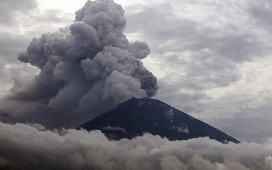 Išsiveržus Balio salos ugnikalniui Indonezijoje atšaukta dešimtys skrydžių