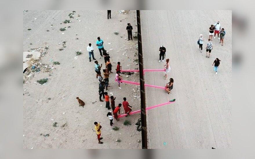 Abipus JAV ir Meksikos sienos įrengtos supynės