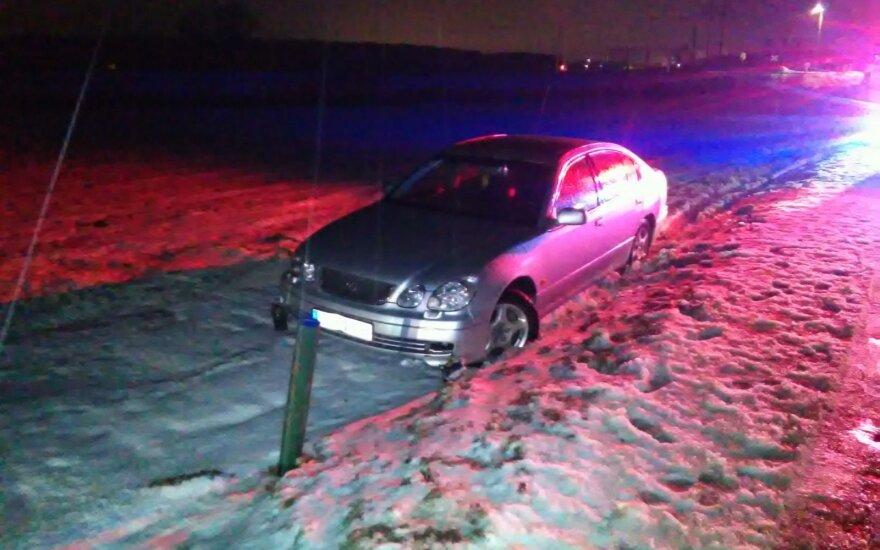 Iš avarijos sprukęs girtas vairuotojas toli nenuvažiavo: surastas nulėkęs nuo kelio