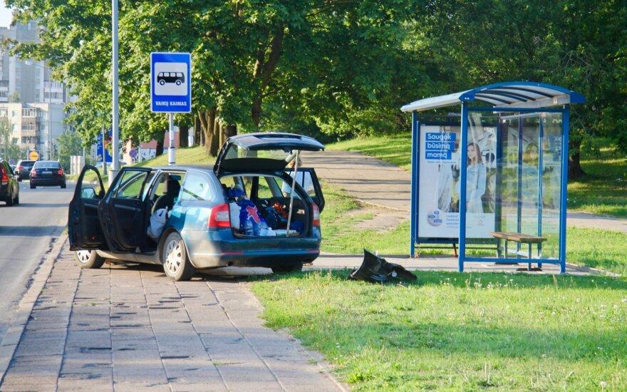 Automobilis Vilniuje įvažiavo į stotelę: išsiblaškiusios moters nesustabdė net atitvarai