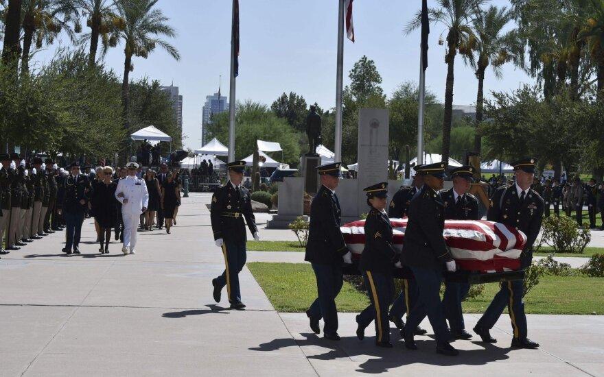 Arizonos Kapitolijuje prasideda atsisveikinimas su senatoriumi Johnu McCainu