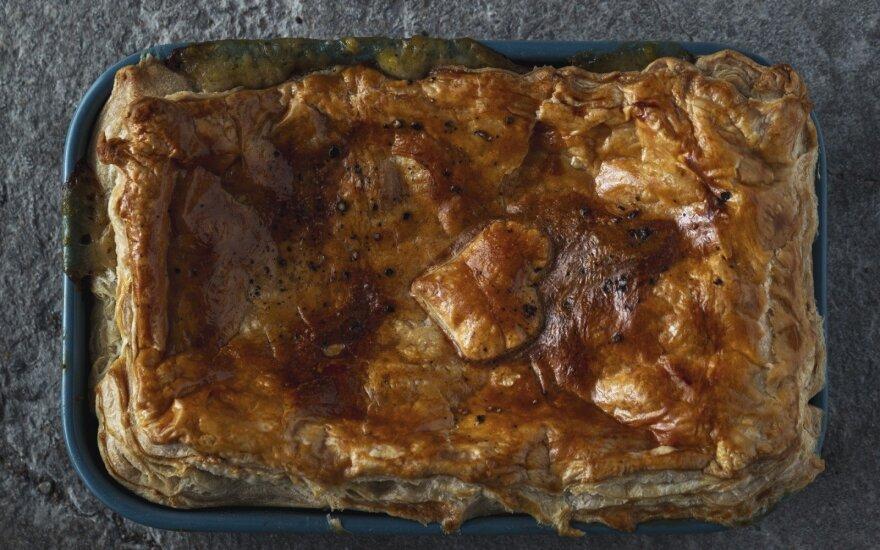 Sluoksniuotos tešlos pyragassu vištiena ir pievagrybiais